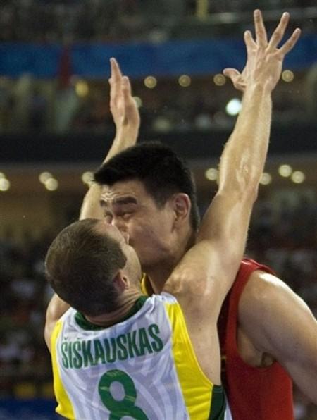 Yao Ming Siskauskas Kiss